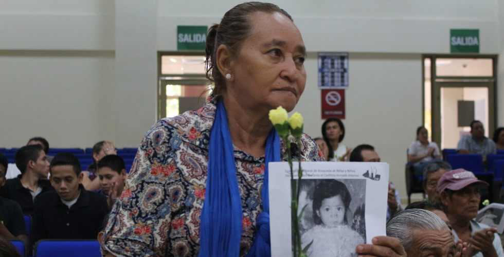Familia buscando a desaparecidos.